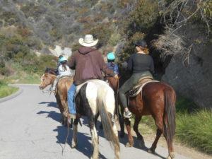 ハリウッドサインへ向かう「乗馬ツアー」
