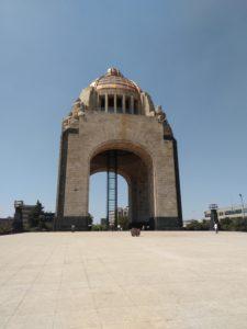 共和国広場にある革命記念塔