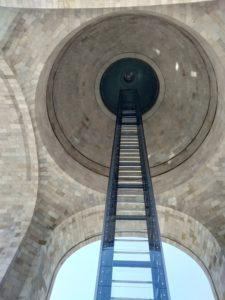 革命記念塔の下からの画像