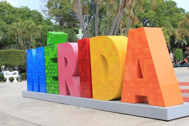 ソカロ広場にあるメリダのモニュメント
