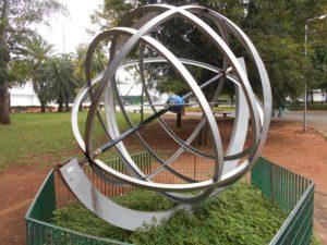 イビラプエラ公園内の地球のオブジェ