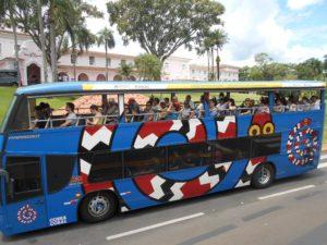 ブラジル側のイグアス国立公園2階建てバス