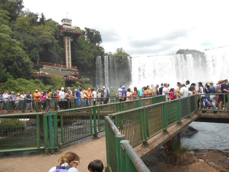 ブラジル側イグアス国立公園の展望橋とエレベーター