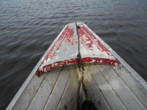 いつ沈んでもおかしく無い手漕ぎのボート