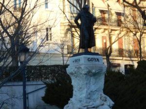 プラド美術館前に建つゴヤ像
