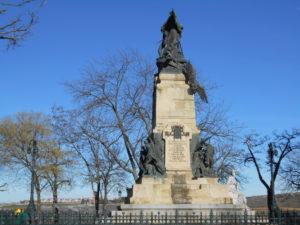 ダオイースとヴェラルデと2人を支える女神像