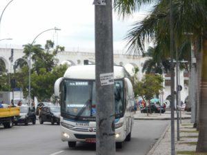 物を投げられたバス