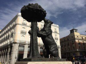 クマとイチゴノキの像