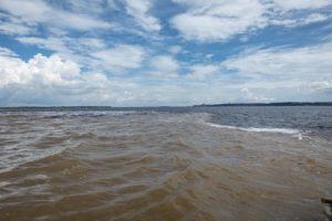 決して混ざり合わないネグロ川とソリモンエス川