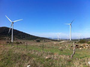 バス移動の景色/風力タービン(風力発電)