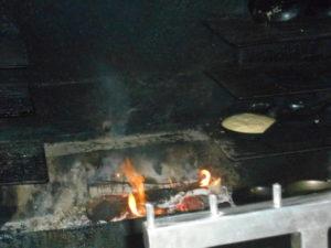 薪で焼くオムレツ