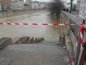 立ち入り禁止のロープが張られたセーヌ川