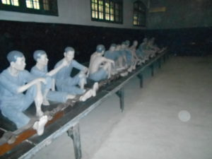 足かせをつけられた捕虜の人形