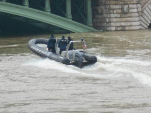 ゴムボートに乗る消防隊員さん