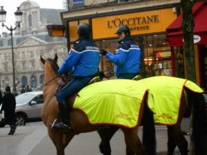 馬で誘導するお巡りさん