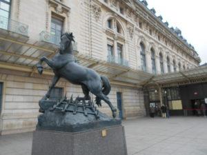 無人のオルセー美術館前で躍動する馬の像