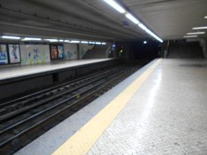 人がいないと不気味なメトロの駅