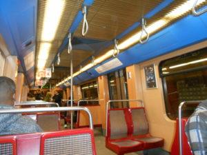 早朝の地下鉄車内