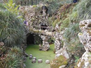 滝壺に並んでいる飛び石