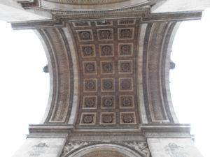 エトワール凱旋門を下から撮影