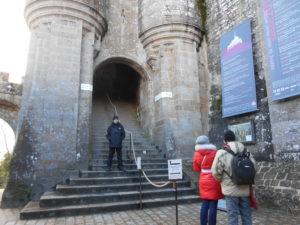 2列に分かれたモンサンミッシェル入口