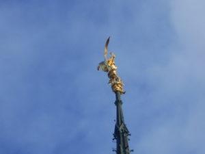 修道院の頂上の大天使ミカエル像