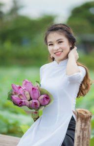 アオザイ女性(蓮はベトナムの国花です)