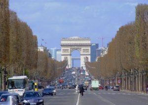 シャンゼリゼ通りからのエトワール凱旋門