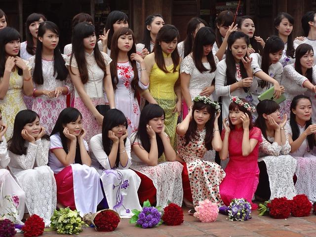 アオザイを着た女性たち