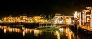 トゥボン川から見たナイトマーケット
