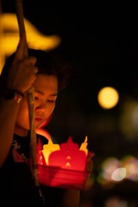 灯篭を流す女性