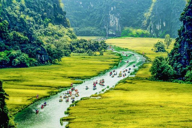 タムコックをボートで楽しむ観光客