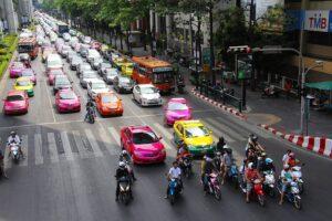 バンコク市内の渋滞道路を埋め尽くすタクシー