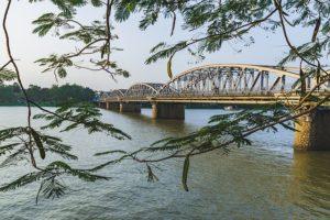 フエ市内のフオーン川をつなぐチャンティエン橋