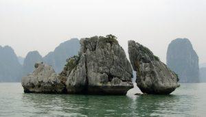 ハロン湾を象徴する闘鶏岩