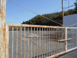 門が閉じられた成田空港近くの駐車場