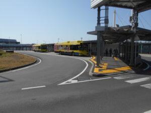 ターミナル間を移動するバス