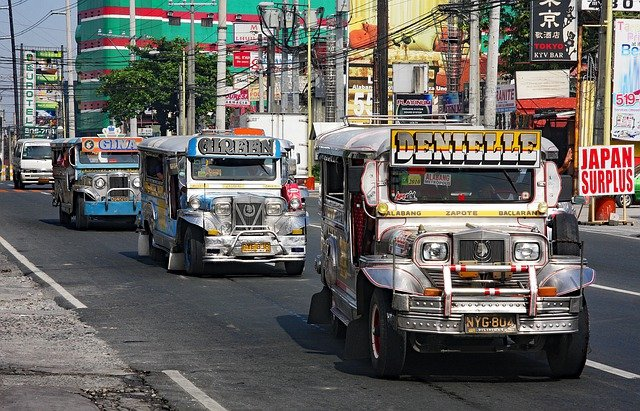 フィリピン人の交通手段「ジプニー」