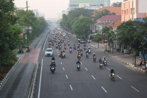 早朝のジャカルタ市内の道路