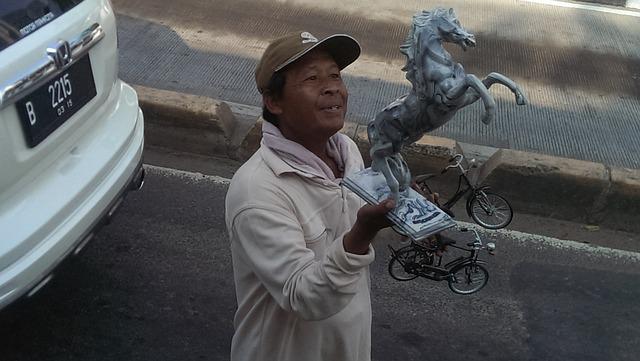 ジャカルタの渋滞道路で物売りをするおじさん