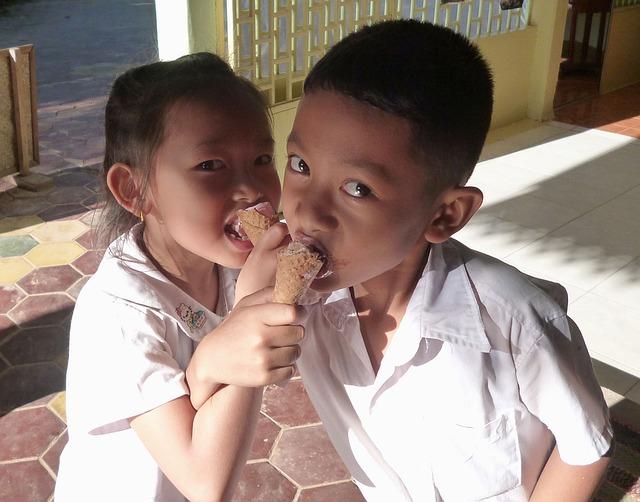 カンボジアのアイスを食べる子供たち