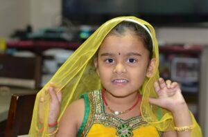 民族衣装サリーを着た少女