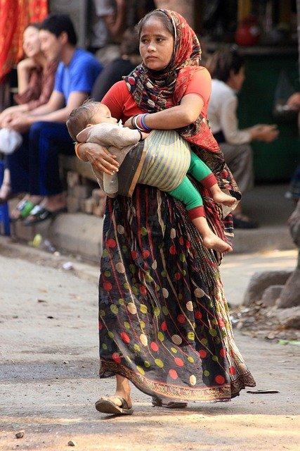 水を買うお金がないインド人親子