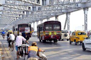 インドの公共交通機関のバス