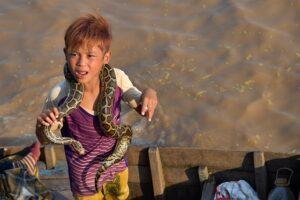 ヘビを首に巻いた少年