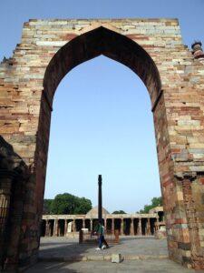 門の奥にあるアシャカ王の鉄柱