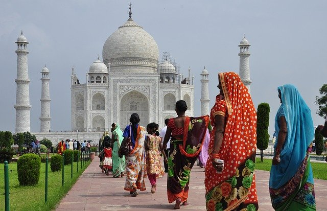 タージ・マハルを歩くサリーを着た女性