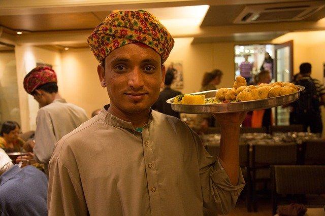 インドレストランのウェイター