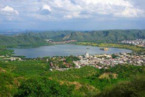 マンサガール湖に浮かぶ「水の宮殿」