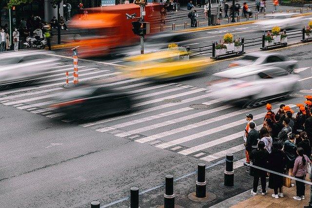 上海の街を猛スピードで走る「タクシー」と「配車アプリの車両」